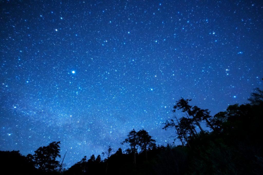高原の澄み切った夜空で星空観察