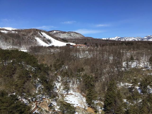 客室から「草津温泉スキー場」と「賽の河原」を望む