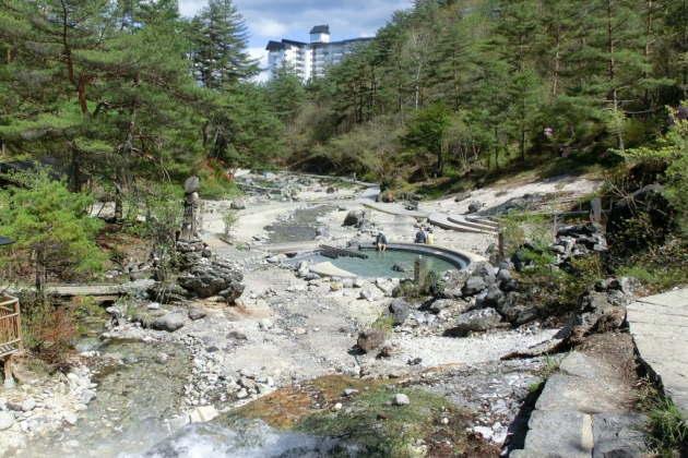 温泉が川になって流れている「西の河原公園」