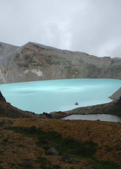 神秘な火口湖「草津白根山湯釜」