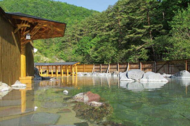 大きな湯舟が魅力の「西の河原露天風呂」